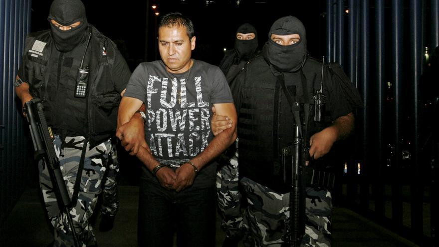 Abel Valadez Oribe, alias 'El Clinton', del cártel La Familia, conducido por policías en Guadalajara en 2009.