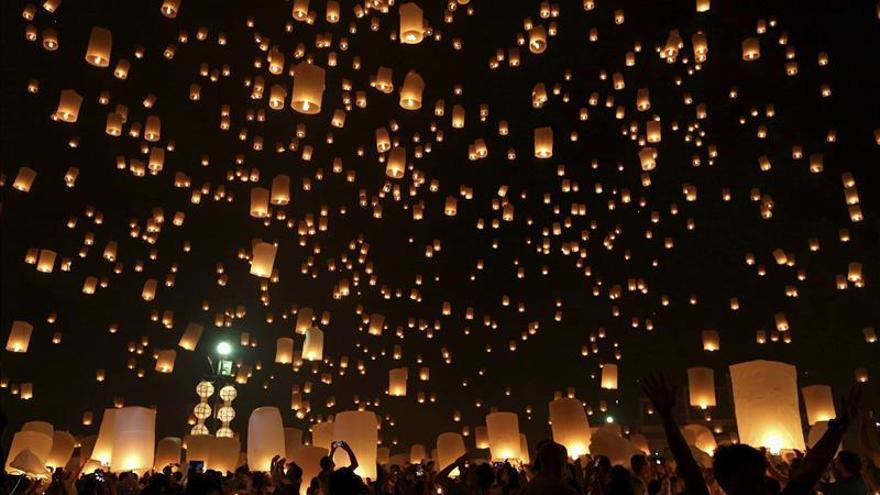 Loy Krathong, el festival que homenajea y contamina el agua en Tailandia