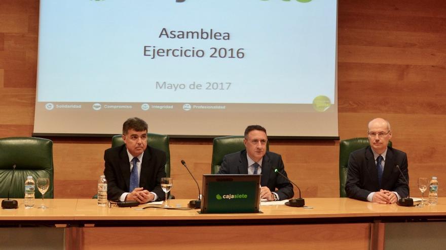 Mesa presidencial de la asamblea, con Fernando Berge, presidente de la entidad (centro).