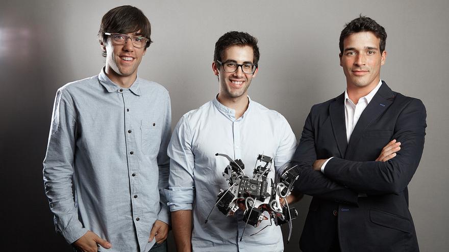 Equipo de Erle Robotics con uno de sus drones: Alejandro Hernández Cordero, Víctor Mayoral Vilches, y Carlos Uraga (CEO)