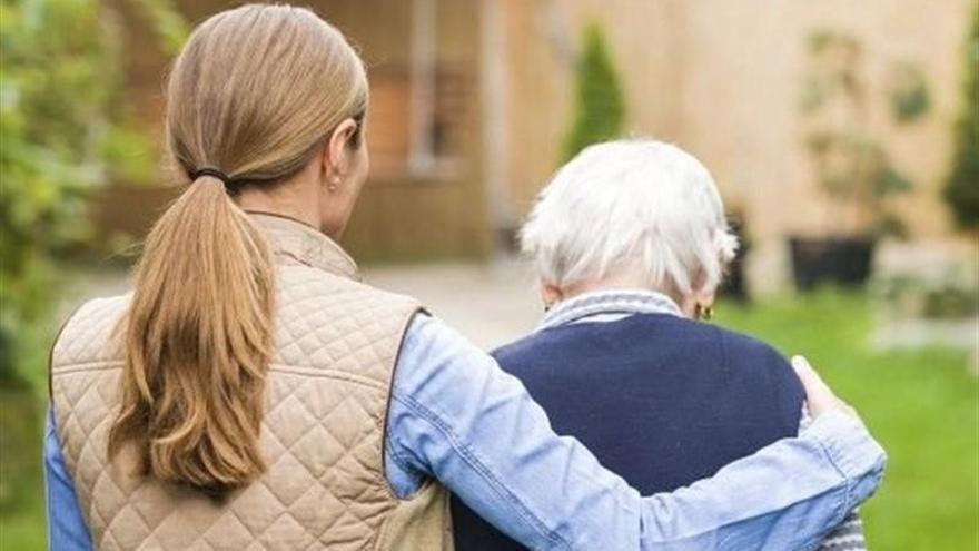 200 cántabros se retiraron del mercado laboral en 2018 para cuidar de familiares dependientes, el 94% mujeres
