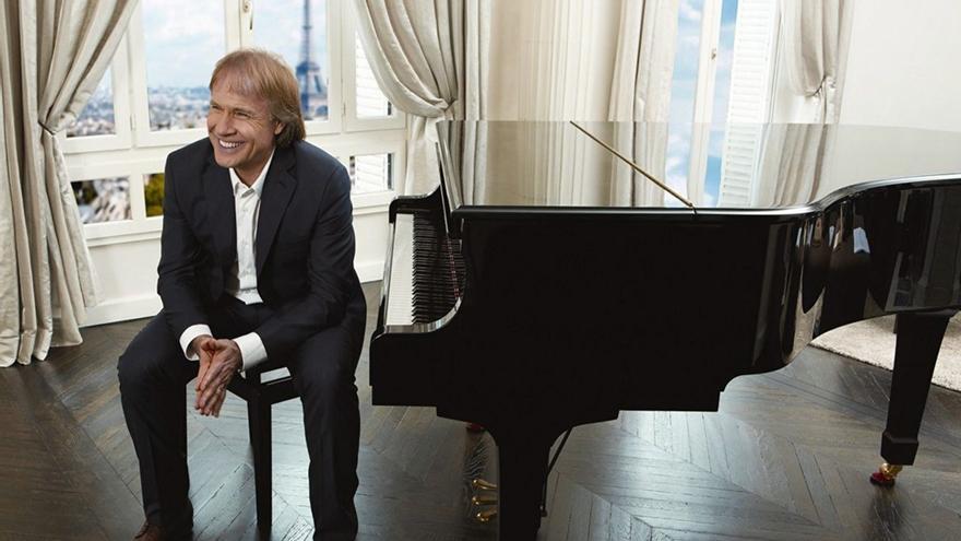 Richard Clayderman, junto a uno de sus pianos