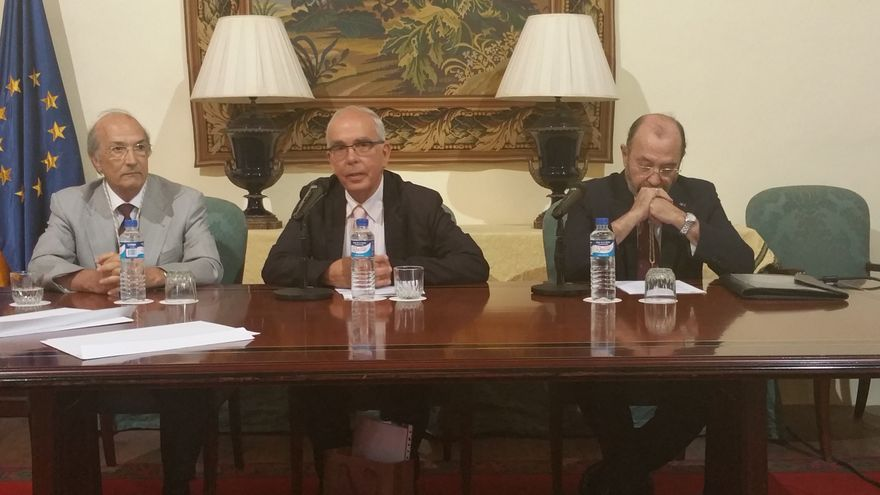 José Manuel Méndez (centro) presidió la sesión académica. Foto: LUZ RODRÍGUEZ.