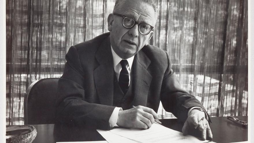 El escritor Max Aub en su despacho de Radio UNAM de México en 1962