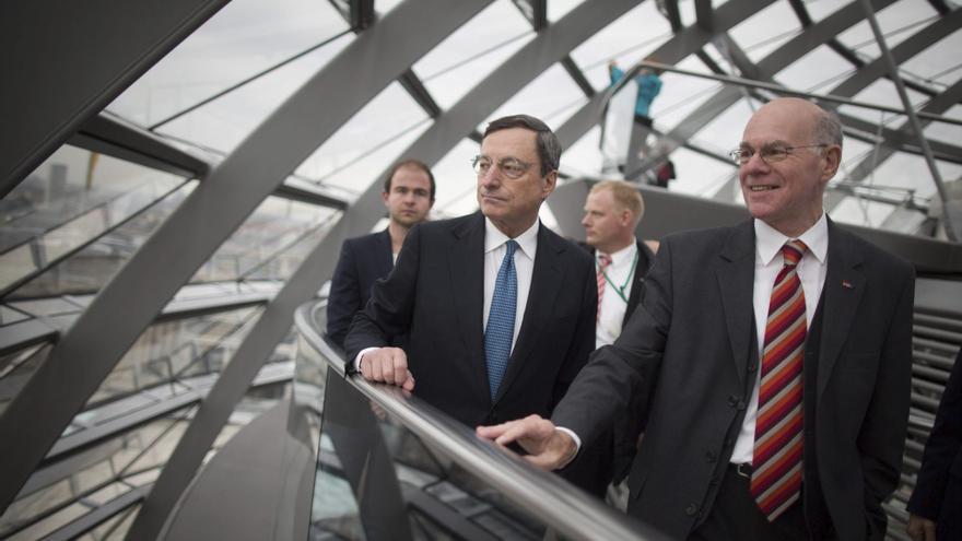 El presidente del Banco Central Europeo, Mario Draghi visita la cúpula del Bundestag en Berlín. / Efe