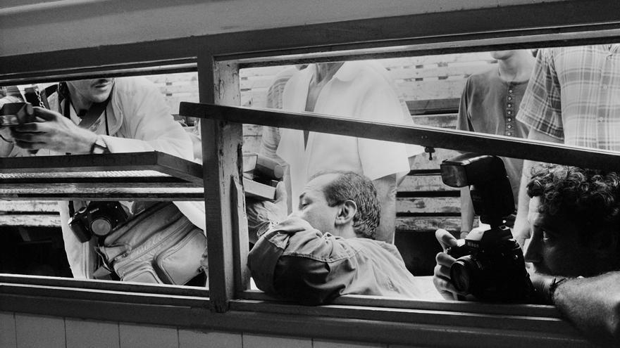 Varios periodistas intentando fotografiar la segunda autopsia a través de la ventana del forense. Solo al fotógrafo J. R. Ripper se le permitió el acceso al edificio para documentar el proceso. Las autopsias revelaron que 10 de los 19 miembros del MST que murieron habían sido ejecutados: disparados a quemarropa o asesinados a golpes con herramientas agrícolas © João Roberto Ripper