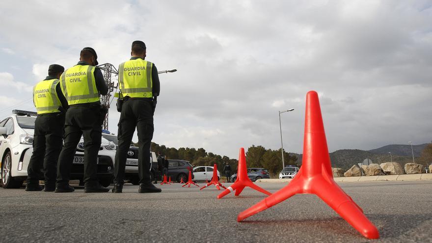 Varios agentes de la Guardia Civil durante un control en Palma de Mallorca
