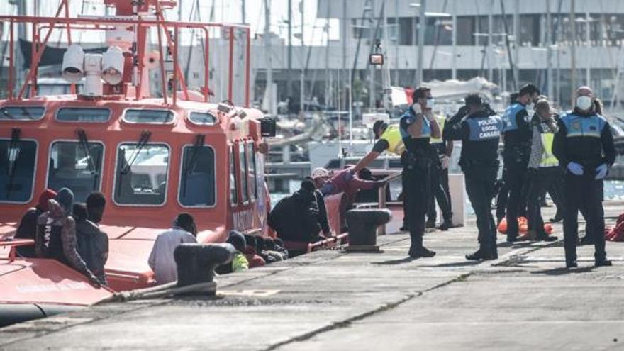 Efectivos de Salvamento Marítimo, Cruz Roja, la Policía y otros servicios de emergencia atienden a las 43 personas rescatadas en una patera en el puerto de Arrecife (Lanzarote).