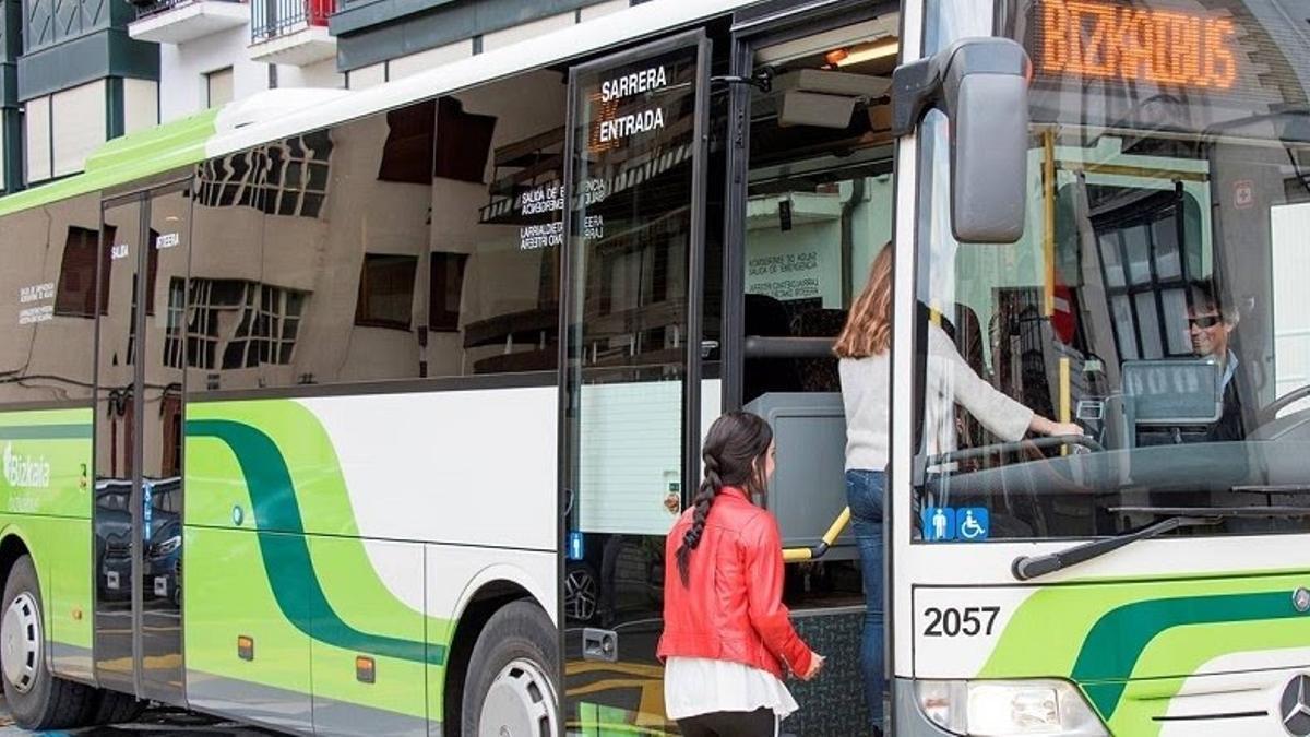 Una mujer accediendo a un bus de 'Bizkaibus' en Bizkaia