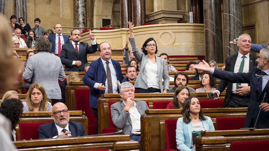 Diputados de la oposición protestan airadamente durante el pleno del día 6