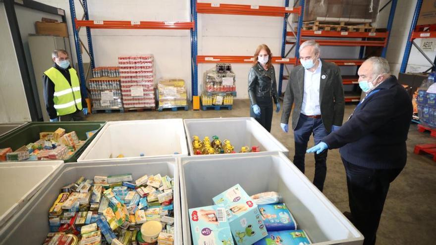 El alcalde de Zaragoza, Jorge Azcón, en una visita al Banco de Alimentos