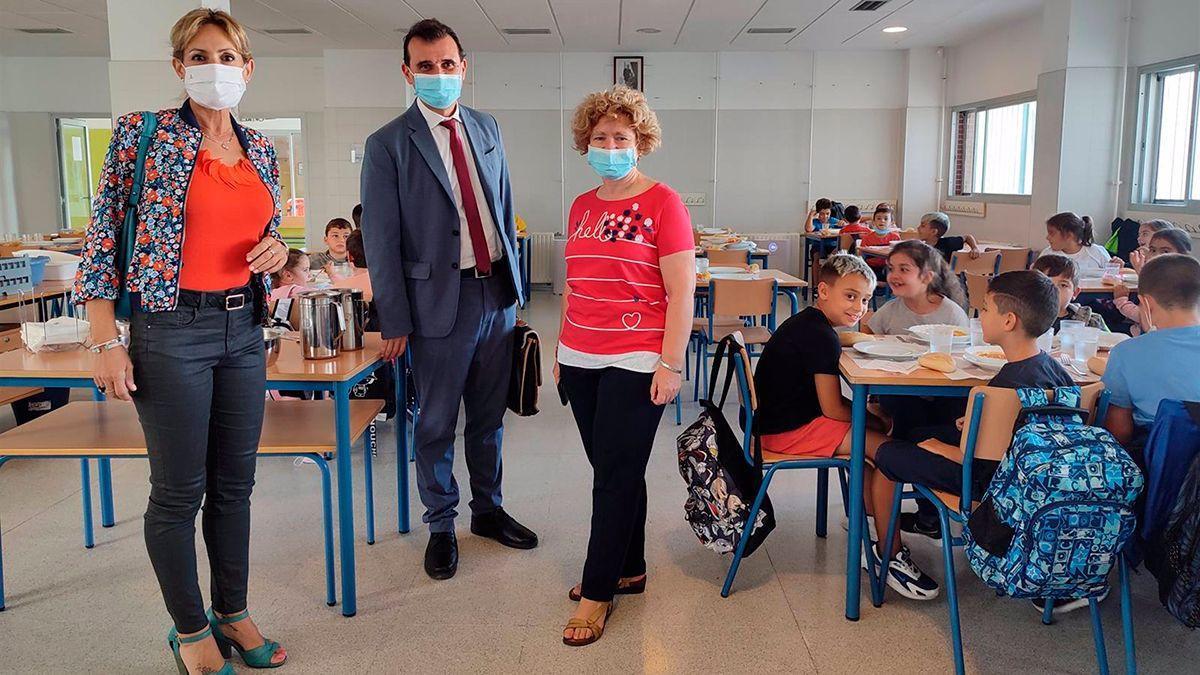 Troncoso (izqda) en su visita al CEIP Fray Albino