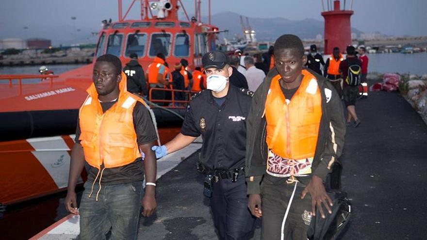 Rescatan a 34 inmigrantes en una patera a 37 millas de la isla de Alborán