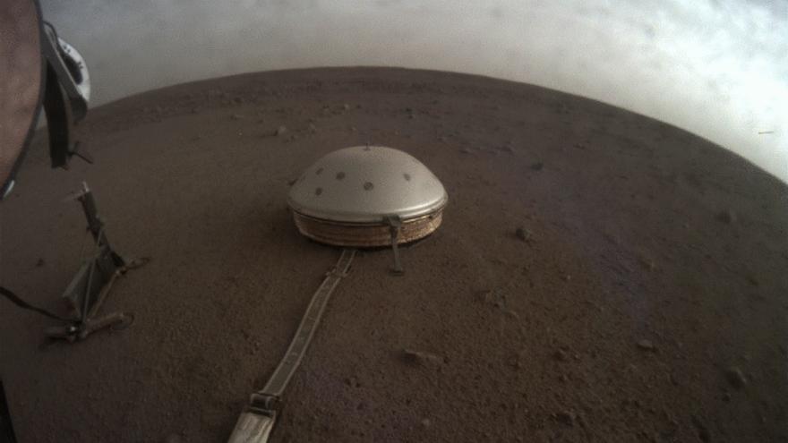El sensor sísmico SEIS que InSight ha depositado sobre la superficie marciana con objetivo de medir los temblores de la corteza del planeta rojo.