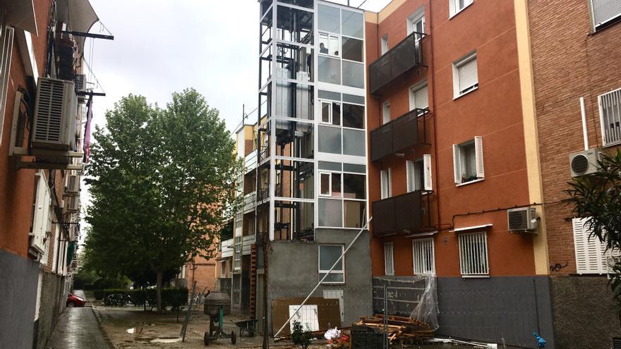 Un ascensor exterior en Valdezarza. No hay espacio en ningún edificio para ponerlos por dentro.
