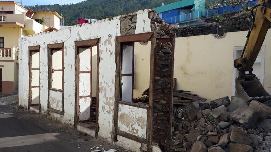 Los trababajos de derribo de la casa, iniciado hace unos días, han continuado este lunes.