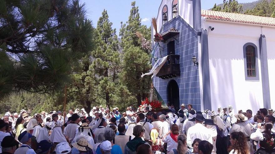En la imagen, la Virgen del Pino a su salida de la ermita. Foto: ANDRÉS CARMONA.