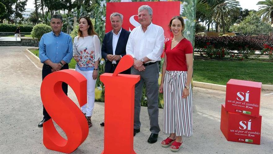 Los candidatos de la coalición PSOE-NC por Las Palmas Sebastián Franquis (c), Pedro Quevedo (2d), Guacimara Medina (2d), María José López (2i)y Juan Díaz (i). EFE/Elvira Urquijo A.