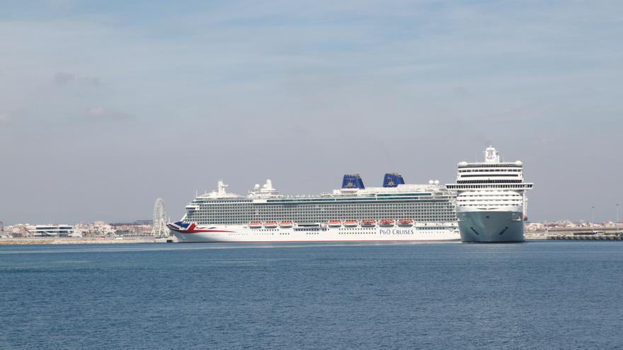Dos cruceros amarrados en el puerto de Valencia.