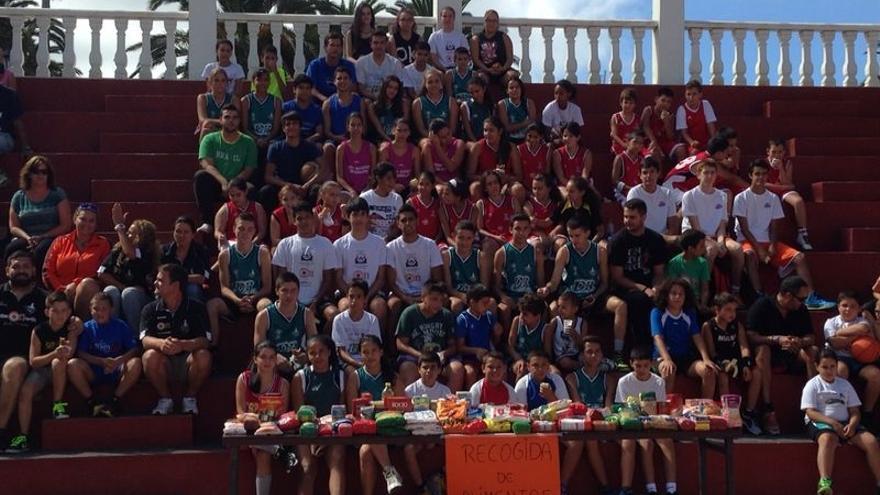En la imagen, los particiopantes en el torneo 3x3 solidario con parte de los alimentos recogidos.