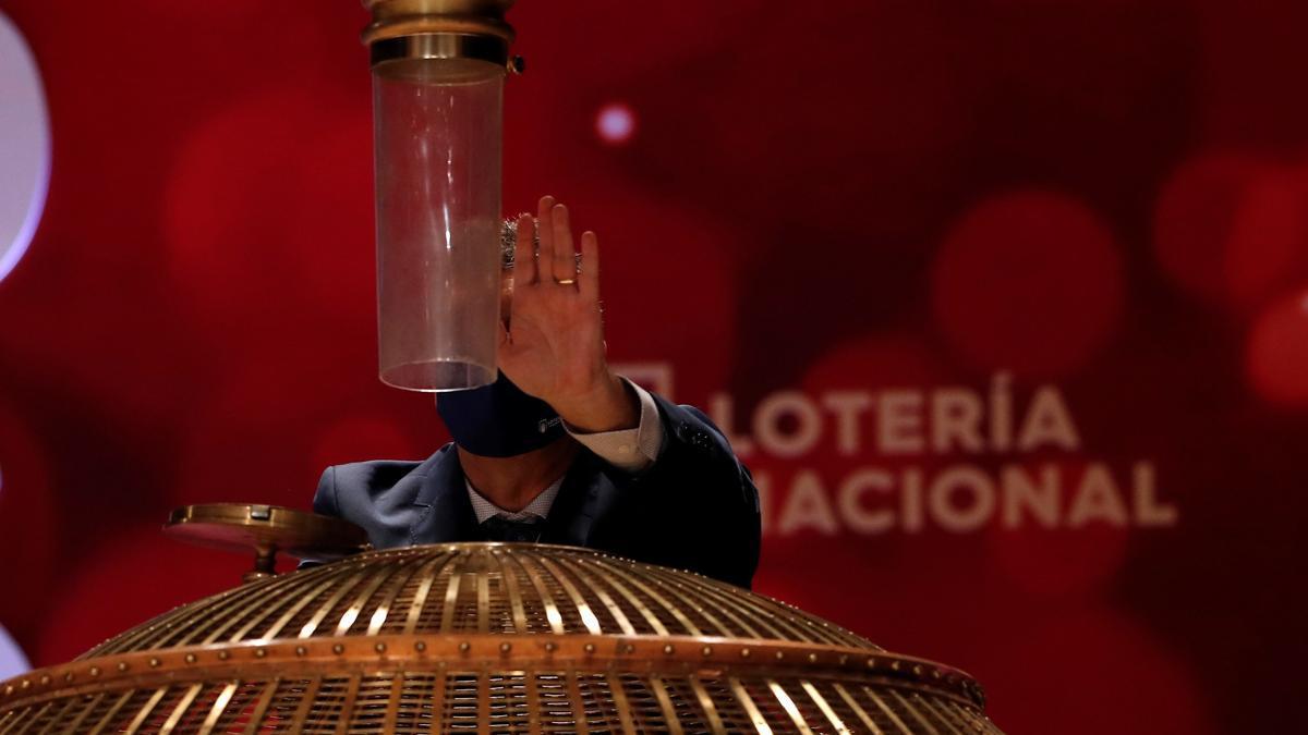 Personal de Loterías y Apuestas del Estado realiza el volcado de las bolas en el bombo antes del inicio del Sorteo Extraordinario de la Lotería de Navidad. EFE/J.J. Guillén