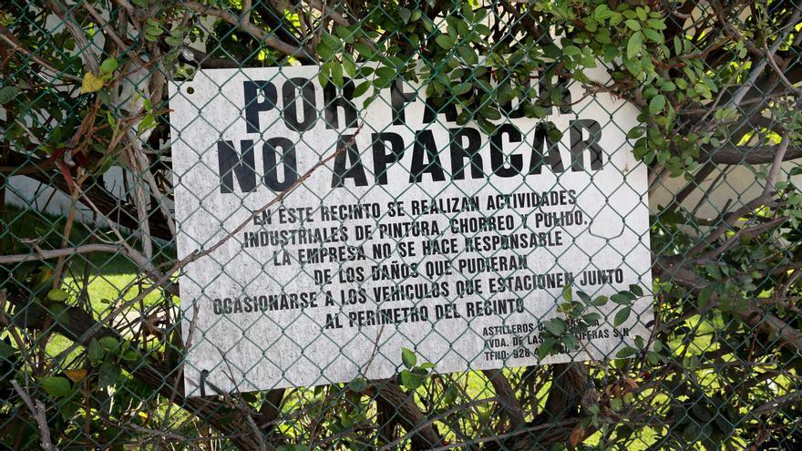 Cartel en el perímetro de las instalaciones de Astican. (ALEJANDRO RAMOS)