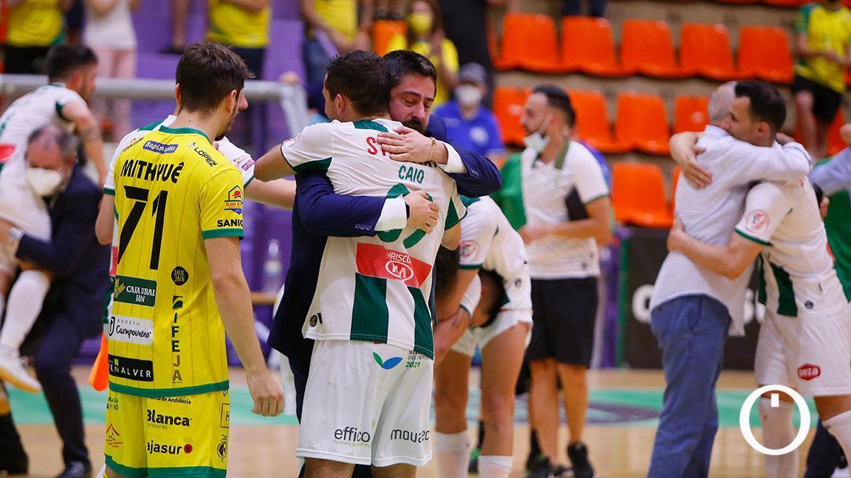 Josan González abrazando a Caio tras la victoria