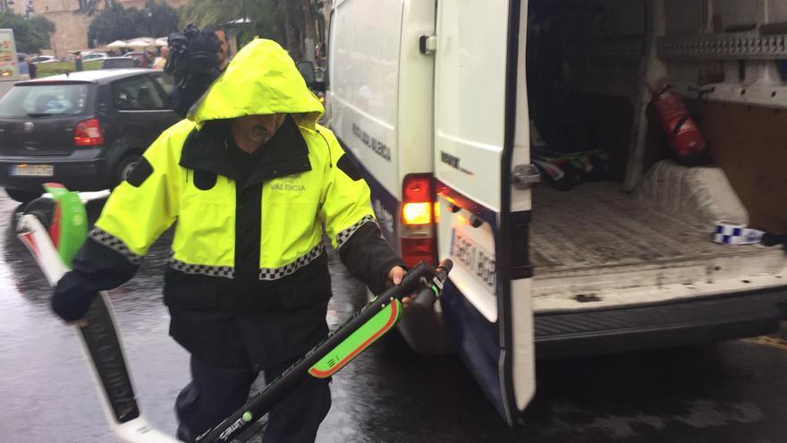 Un policía local requisa uno de los patinetes de Lime
