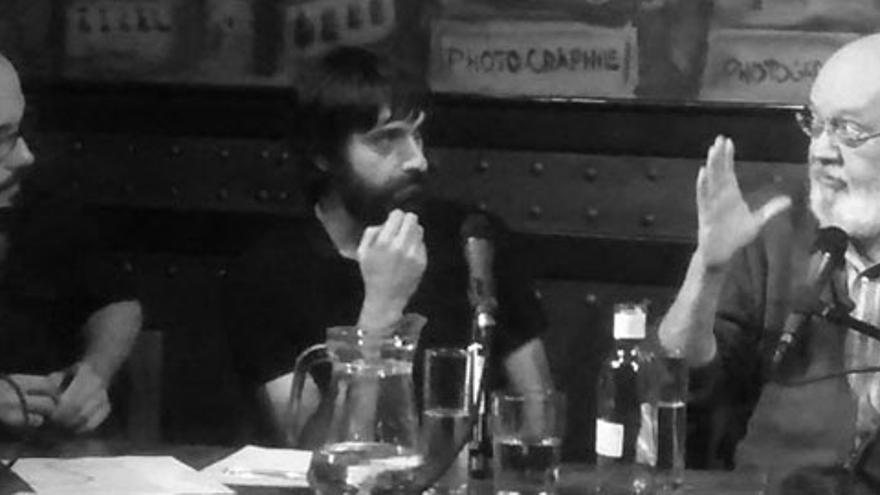 José Luis Cuerda aleccionando a Miguel Anómalo y Carlos Langa durante la grabación de 'Lo de las noticias'