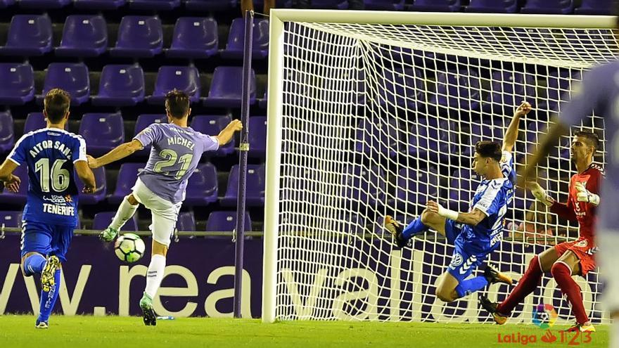 Míchel marca el segundo tanto para el Real Valladolid frente al CD Tenerife en el José Zorrilla.