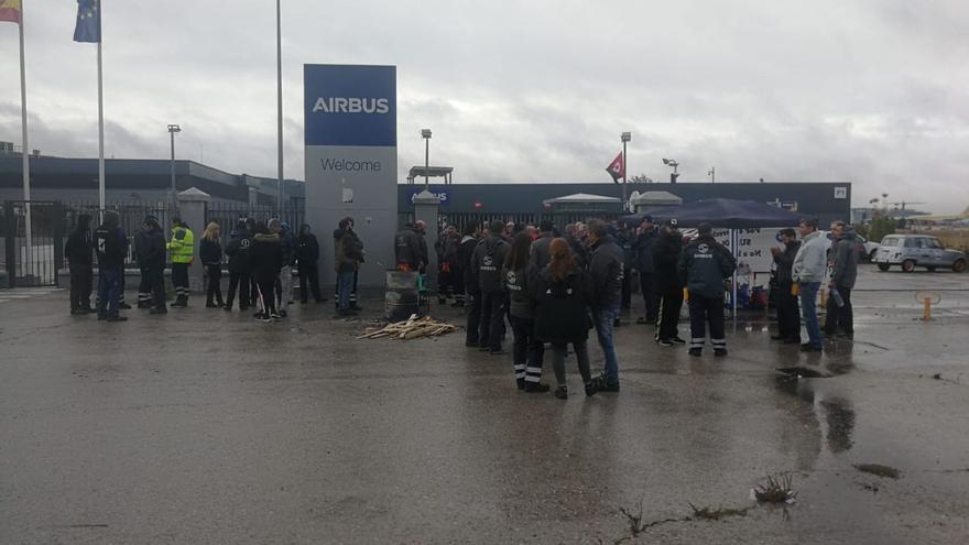 Trabajadores de ID Logistics protestan ante la sede de Airbus en Getafe