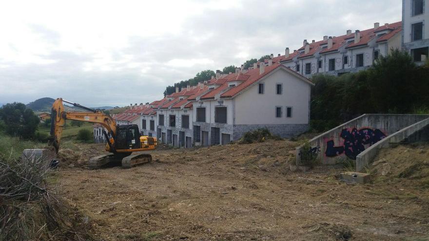 Tragsa ha comenzado a trasladar la maquinaria al Alto del Cuco para derribar la urbanización. | R.V.