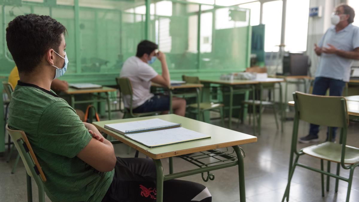 Unos alumnos durante una clase. EFE/Adrián Ropero/Archivo
