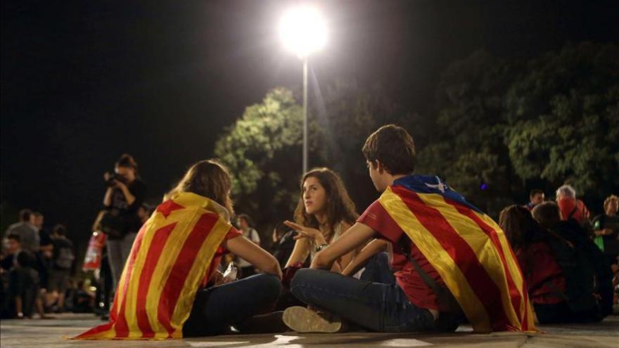 Manifestantes a favor de 9N deciden pasar la noche al raso en Plaça Catalunya