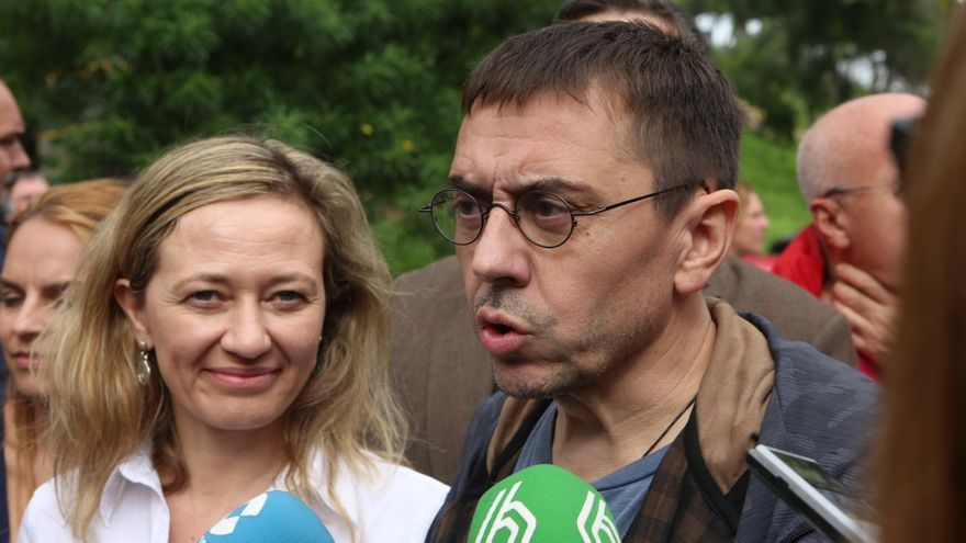 La candidata de Podemos al Congreso por Las Palmas, Victoria Rosell, junto al cofundador del partido, Juan Carlos Monedero.