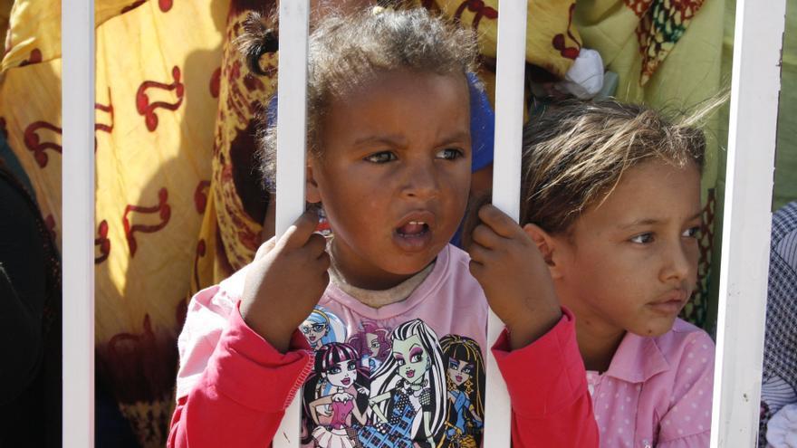 Una niña saharaui observa un desfile cultural en Dajla / G. S.