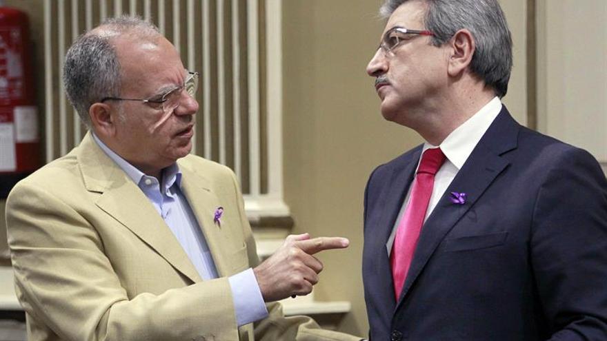 Los diputados de Asamblea Socialista Gomera, Casimiro Curbelo (i), y de Nueva Canarias, Román Rodríguez