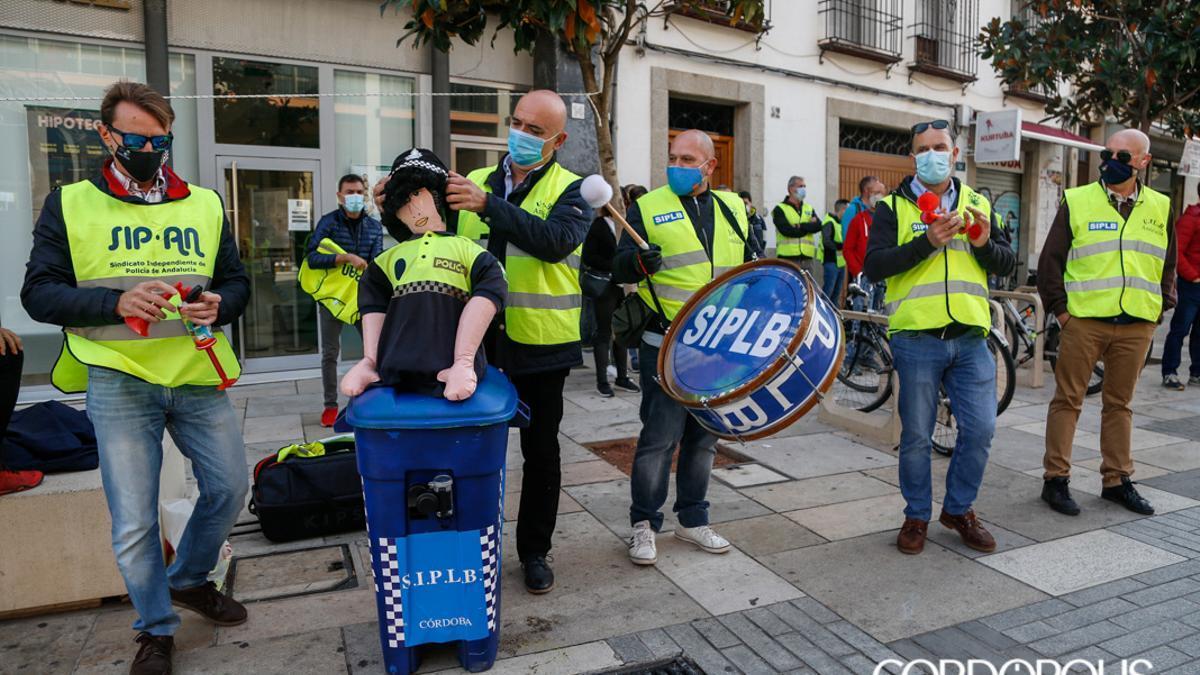 Policías y bomberos, en una protesta en Capitulares