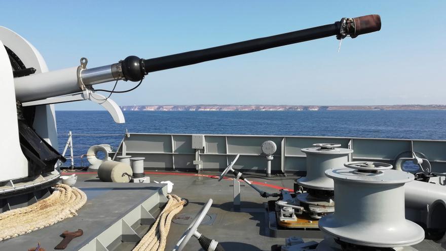 El buque Audaz de la Armada Española, este viernes frente a la costa de la isla italiana de Lampedusa.