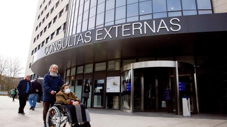 Pacientes en el edificio de consultas externas de Txagorritxu