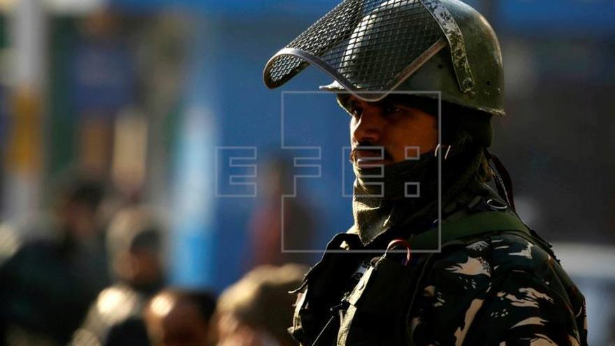 Pakistán acusa a las fuerzas indias de atacar una furgoneta escolar en la frontera