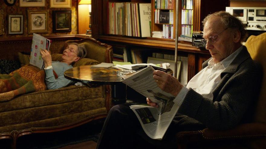 Los dos protagonistas de 'Amor' de Michael Haneke leyendo el periódico un domingo cualquiera