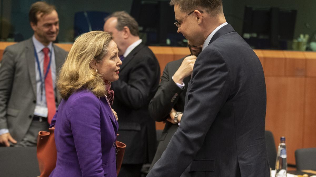 La vicepresidenta económica, Nadia Calviño, y el vicepresidente económico de la Comisión Europea, Valdis Dombrovskis.