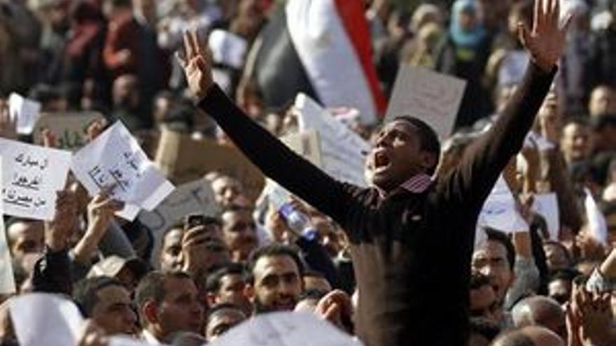 Los egipcios desafían, un día más, el toque de queda. (REUTERS)