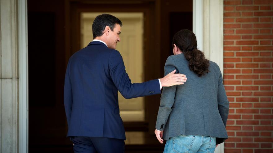 Pedro Sánchez recibe en el Palacio de la Moncloa a Pablo Iglesias el pasado 7 de mayo.