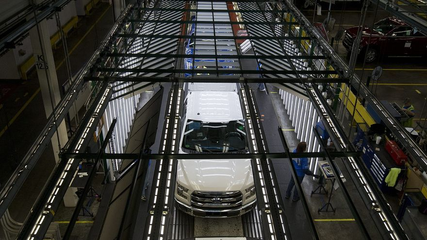 """Ford duplicará la producción de su primera camioneta """"pickup"""" eléctrica"""