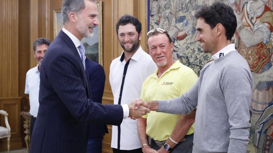 Felipe VI saluda a Rafa Cabrera Bello en la Zarzuela.