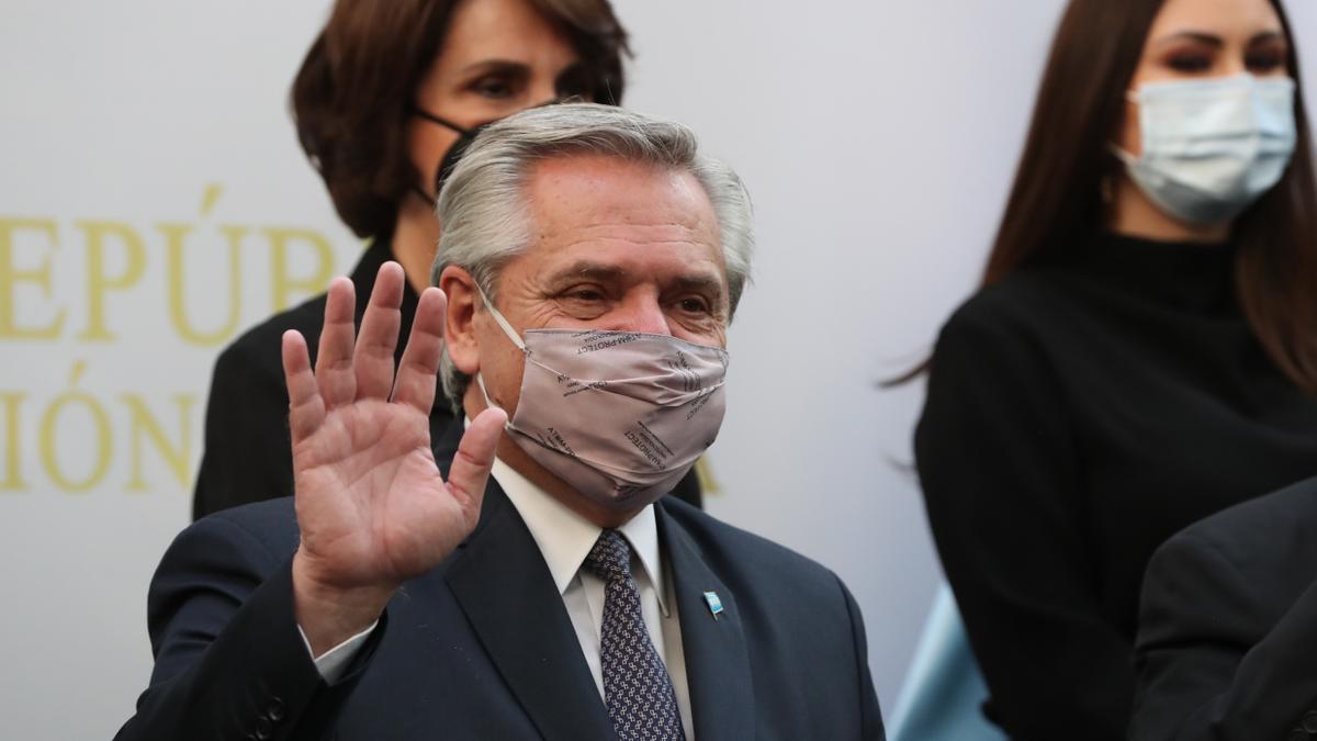 El presidente de Argentina, Alberto Fernández, saluda durante su visita al Senado en Ciudad de México.