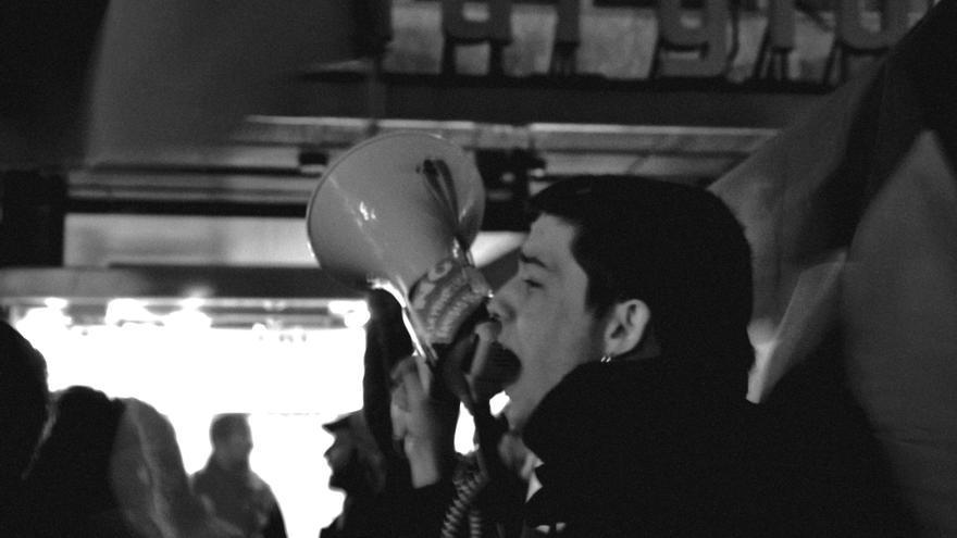 Diegu San Gabriel, portavoz de Cantabria No Se Vende, durante una protesta.