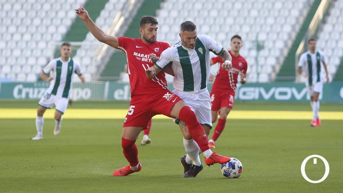 Lance del duelo de la primera vuelta ante el Sevilla Atlético